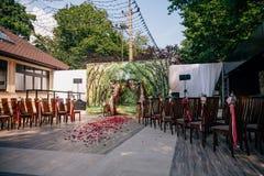 婚礼曲拱,用在草坪的花装饰的法坛 库存图片