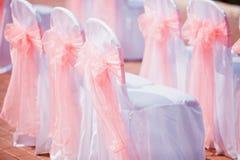 婚礼有桃红色弓的椅子盖子 免版税库存图片