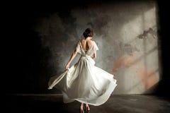 婚礼有花束的时尚新娘在手上 免版税库存图片