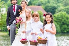 婚礼有花篮子的女傧相孩子 免版税库存照片