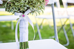 婚礼有装饰白色丝带的花束把柄 免版税库存照片