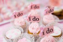 婚礼杯子蛋糕 免版税库存照片