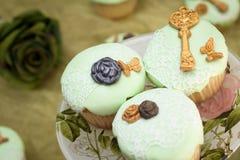 婚礼杯形蛋糕 免版税库存照片