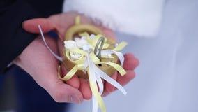 婚礼标志、锁在的手上新娘和新郎 r 挂锁 影视素材