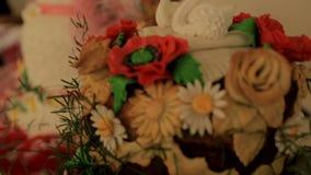 婚礼桌用甜传统婚礼大面包 股票视频