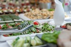 婚礼桌用食物 快餐和开胃菜在表上 鱼和生肉与菜 在前景的沙拉 免版税图库摄影