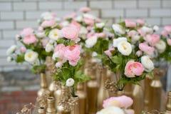婚礼桌的花束和装饰 库存图片