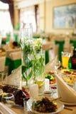 婚礼桌的花装饰 免版税库存照片