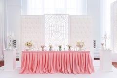 婚礼桌的装饰与嫩桃红色纺织品的 免版税库存照片