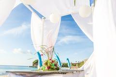 婚礼桌装饰和碗筷 图库摄影