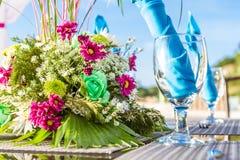 婚礼桌装饰和碗筷 免版税库存图片