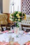 婚礼桌装饰和花卉焦点 免版税库存图片