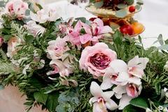 婚礼桌装饰新婚佳偶 在花桌上的歌曲  桃红色和白色调色板,上升了,兰花 库存照片