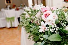 婚礼桌装饰新婚佳偶 在花桌上的歌曲  桃红色和白色调色板,上升了,兰花 免版税库存照片