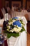 婚礼桌装饰蓝色八仙花属和奶油玫瑰 库存照片