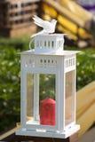 婚礼桌装饰,在花瓶的花 降低 浅深度 免版税库存图片