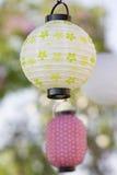 婚礼桌装饰,在花瓶的花 降低 浅深度 图库摄影