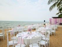 婚礼桌设定了在海滩的海滩婚礼仪式与 库存照片