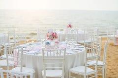 婚礼桌设定了在海滩的海滩婚礼仪式与 免版税库存照片