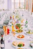 婚礼桌集合报道用不同的沙拉 免版税图库摄影