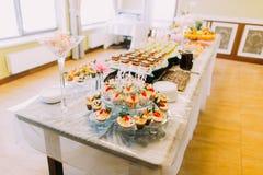 婚礼桌集合 充分立场不同的鲜美点心 免版税库存照片