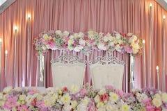 婚礼桌,花卉装饰 免版税图库摄影