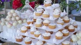 婚礼棒棒糖、装饰的桌与甜点和花,被烘烤的物品 股票视频