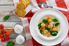 婚礼汤用丸子、小面团risini、菠菜和vege 库存图片
