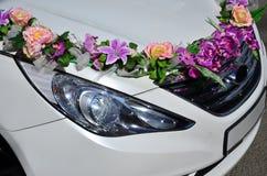 婚礼汽车的敞篷的一张详细的照片,装饰用许多不同的花 汽车为婚礼ceremon准备 库存图片
