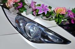 婚礼汽车的敞篷的一张详细的照片,装饰用许多不同的花 汽车为婚礼ceremon准备 库存照片