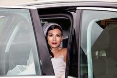 婚礼汽车的新娘 免版税库存照片