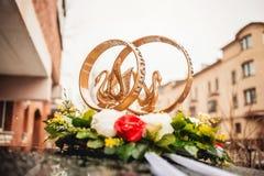 婚礼汽车的金戒指装饰品 库存照片