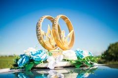 婚礼汽车装饰圆环 库存照片