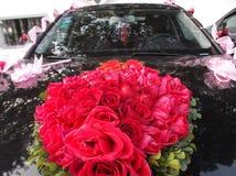 婚礼汽车,被栓一朵红色玫瑰 免版税库存照片