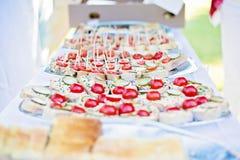 婚礼点心由面包,传播,菜制成 免版税库存图片