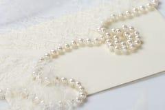 婚礼珍珠和鞋带邀请 免版税库存图片