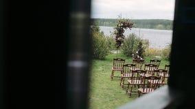 婚礼的令人惊讶的土气装饰,椅子,花植物的compoitions 夏天国家婚礼概念 股票视频