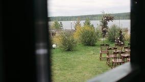 婚礼的令人惊讶的土气装饰,椅子,花植物的compoitions 夏天国家婚礼概念 影视素材