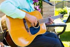 婚礼的吉他弹奏者 库存照片