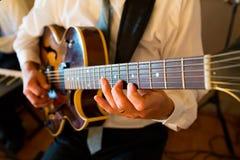 婚礼的吉他弹奏者 免版税库存图片