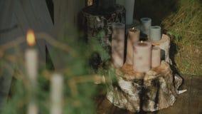 婚礼的婚姻的木曲拱与站立在地面的花、帷幕和其他装饰元素  影视素材