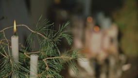 婚礼的婚姻的木曲拱与站立在地面的花、帷幕和其他装饰元素  股票录像