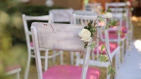 婚礼的惊人的土气装饰与干草,椅子的,开花植物compoitions和婚礼礼服垂悬 股票视频