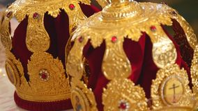 婚礼的教会属性 金冠在法坛 教会教士内部属性  影视素材
