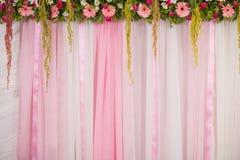 婚礼的美好的背景花的布置 免版税库存照片