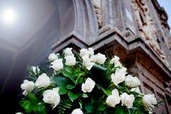 婚礼的花卉装饰在教会里 库存照片