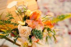 婚礼的表,花的布置 婚礼deco 免版税图库摄影