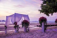 婚礼的装饰设置在海滩 免版税库存图片