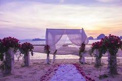 婚礼的装饰设置在海滩 库存照片