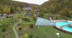 婚礼直升机视图  虽则走thw大公园的新郎和新娘包围由森林 股票录像